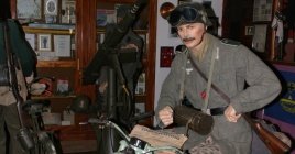 25jul2014---no-museu-das-grandes-guerras-mundiais-na-cidade-de-afonso-claudio-es-os-cenarios-recriam-situacoes-dos-campos-de-batalha-entre-os-itens-exibidos-estao-uniformes-armamento-far