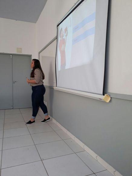 Rayane apresentando seu projeto de Publicidade em Mídias Digitais Aplicativo para o PROCON-ES