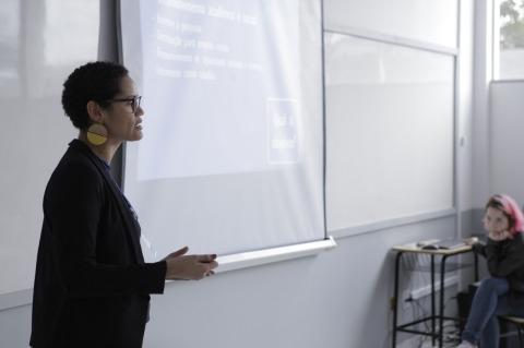 Bruna Rocha apresentando o projeto agência experimental de Publicidade Integrada