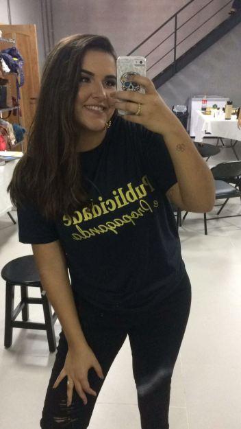 Camisa do curso de Publicidade e Propaganda, na foto a estudante Maria Luiza.