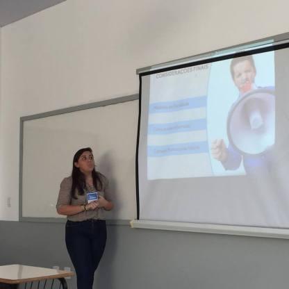 Rayanne apresentando seu projeto no Intercom Sudeste