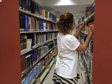 A estudante Juliana Ramaldes escolhendo seu livro para realizar o empréstimo / Foto: Daniele Canholato