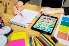 homens-trabalhando-como-designer-de-moda-escolhendo-no-grafico-de-cores-para-roupas-em-tablet-digital-no-estudio-do-local-de-trabalho_1423-1622