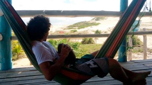 Rafael Roschel apreciando a paisagem do litoral sul do estado
