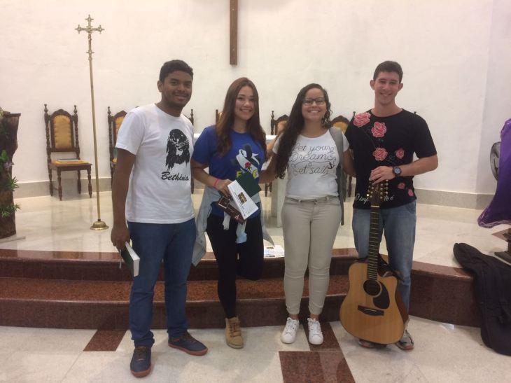 Luan com seus colegas Brenda, Jéssica e Gabriel, integrantes da banda da igreja