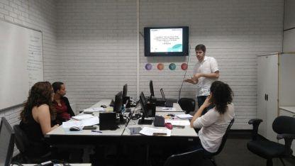 Alunos em laboratório trabalhando no projeto