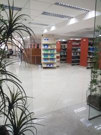 estantes em biblioteca, plantas e livros