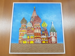 Quadro em azulejo, que ilustra castelo colorido, com céu azul e nuvens