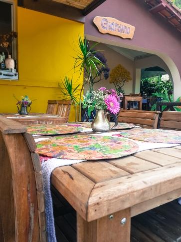 fachada de restaurante, com mesa florida