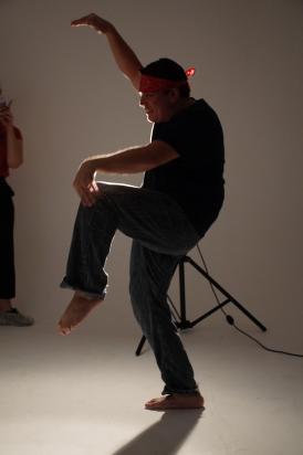 rapaz sendo fotografado com pose engraçada