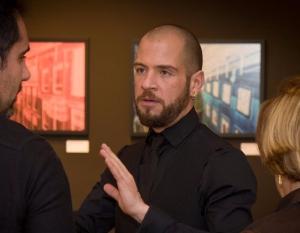 Imagem retratando o fotógrafo Felipe Raizer em sua exposição sobre a Virtualidades Urbanas
