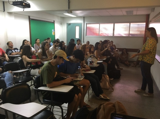 Maria Luiza Cariello apresentando seu TCC
