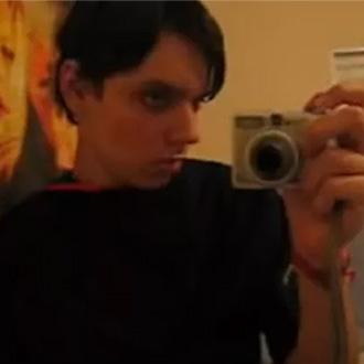 Guilherme Zaiden de franjinha e delineador para o vídeo Confissões de um Emo