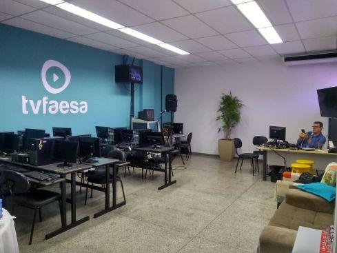 Sala com computadores, equipamentos de filmagem, organização de laboratório de informática. Situada na FAESA, em Vitória, Espírito Santo