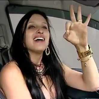 Luiza quando foi flagrada dirigindo embreagada