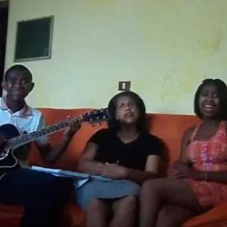 Os irmãos cantando com a mãe