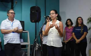 jovem mulher realiza discurso utilizando microfone