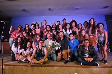 Alunos no final da apresentação do espetáculo, com as roupas usadas durante a apresentação.