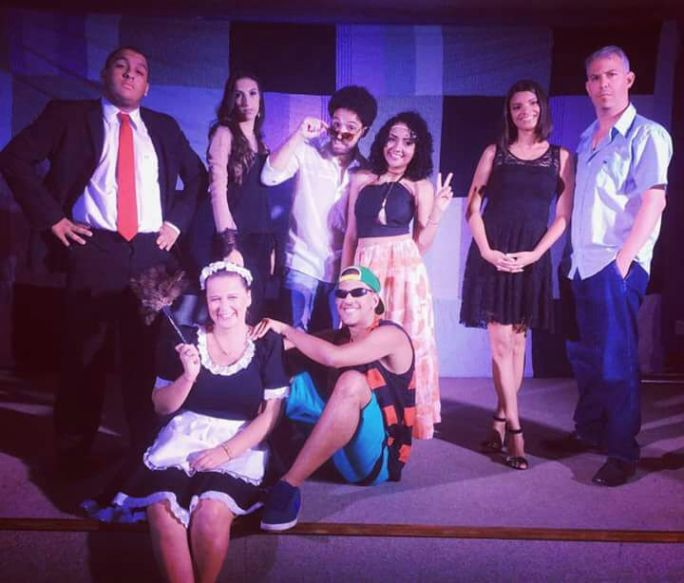 Fotografia exibe um grupo de alunos que fizeram um curso de Teatro com o professor Felipe Dall'Orto. A imagem vem com oito alunos, com roupas de acordo com seus personagens.