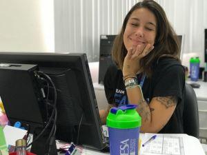 imagem mostrando a aluna Cristiane Rubim trabalhando na FAESA