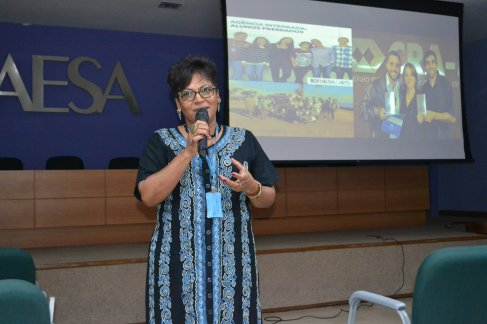 Coordenadora do projeto Boas Práticas apresentando palestra para professores.