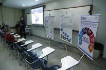 Professor em relato para os colegas sobre trabalho realizado durante o semestre da disciplina.