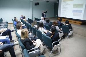 Reitor Alexandre discursando antes dos relatos dos professores durante o seminário de Boas Vindas.