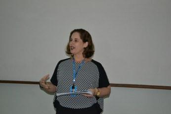 Coordenadora Carla Letícia em apresentação no seminário de Boas Práticas.