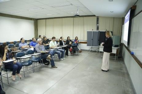 Apresentação do seminário Boas Práticas à noite.