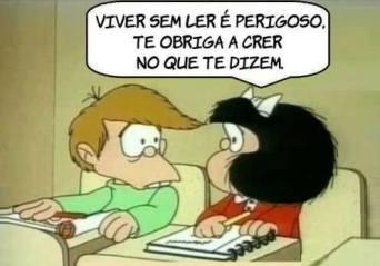 """Tirinha da Mafalda, onde ela fala para o seu amigo Felipe, """"Viver sem ler é perigoso. Te obriga a crer no que te dizem"""""""