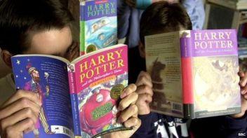 Crianças lendo Harry Potter