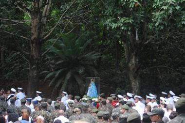 Imagem de Nossa Senhora da Penha carregada em romaria dos militares