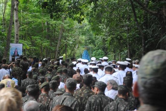 Forças Armadas em procissão junto à imagem de Nossa Senhora da Penha