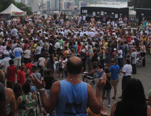 multidão no Campinho do Convento da Penha