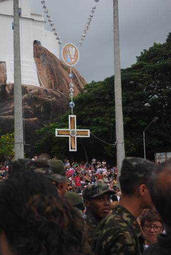 Militares em Romaria e cruz católica ao fundo