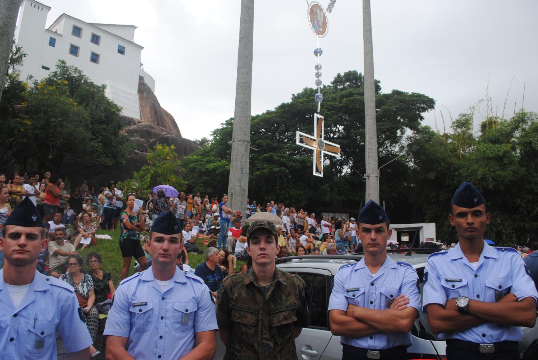 Militares da Aeronáutica e do Exército em frente ao Convento da Penha