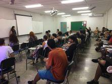 imagem retratando a palestra que a Elisa, ex-aluna de publicidade da FAESA, deu para os calouros do mesmo curso.