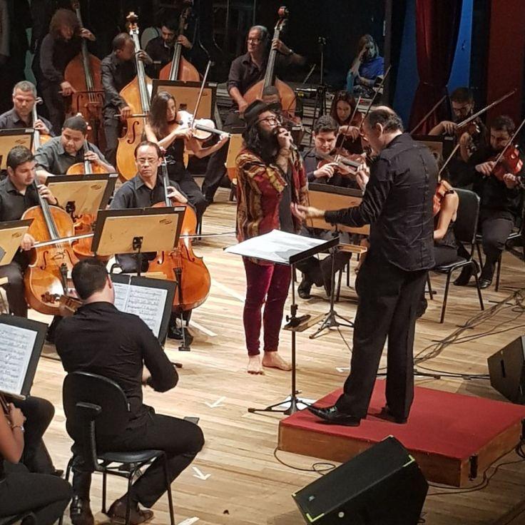 Orquestra regida pelo maestro Helder e André Prando na voz