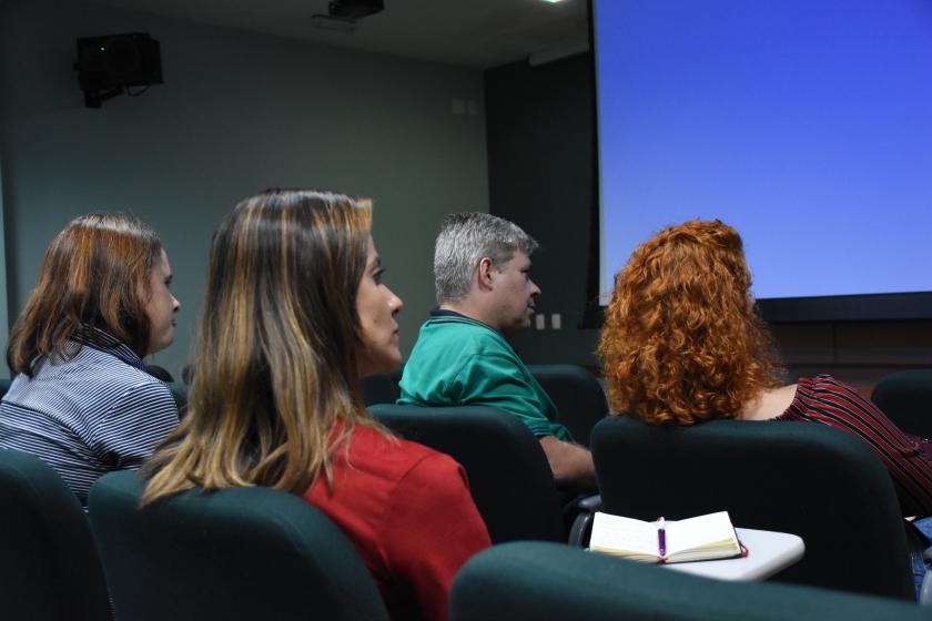 quatro pessoas em um auditório