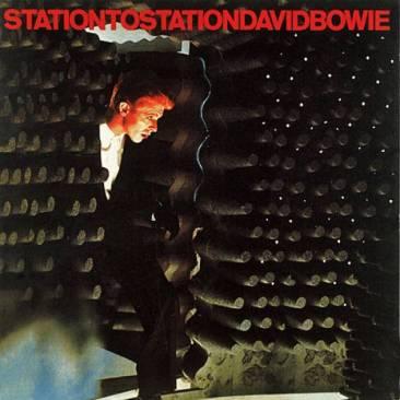 Capa do álbum Station to Station, de David Bowie, lançando em 1976. A imagem da capa é do filme O Homem que Caiu na Terra