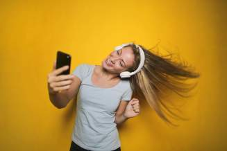 menina com headphone tirando selfie