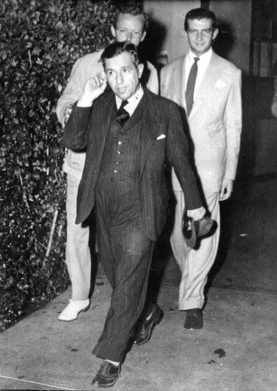 foto antiga, em preto e branco, três homens andando