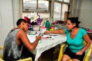 Ana Carla Pereira Araujo, 41, diarista desempregada, com seu filho Israel, 15 / Foto: Zanete Dadalto
