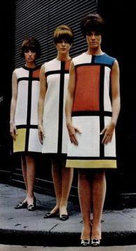 três modelos em vestidos geométricos