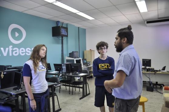 Alunos do Ensino Médio da Escola São Domingos com o técnico de laboratórios Guilherme Vasconcelos.