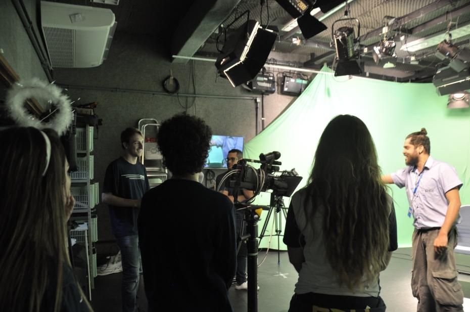 Alunos da Escola São Domingos visitam o estúdio de televisão