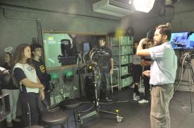 Alunos da Escola São Domingos no estúdio de TV da FAESA