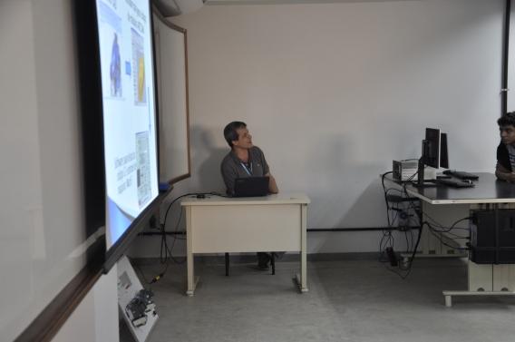 Professor Max na apresentação de material sobre Engenharia