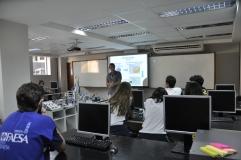 Alunos da Escola São Domingos com o professor Max Mauro no laboratório de Engenharia da FAESA