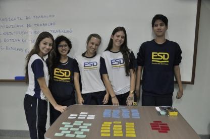 Grupo de alunos da ESD em oficina de Psicologia
